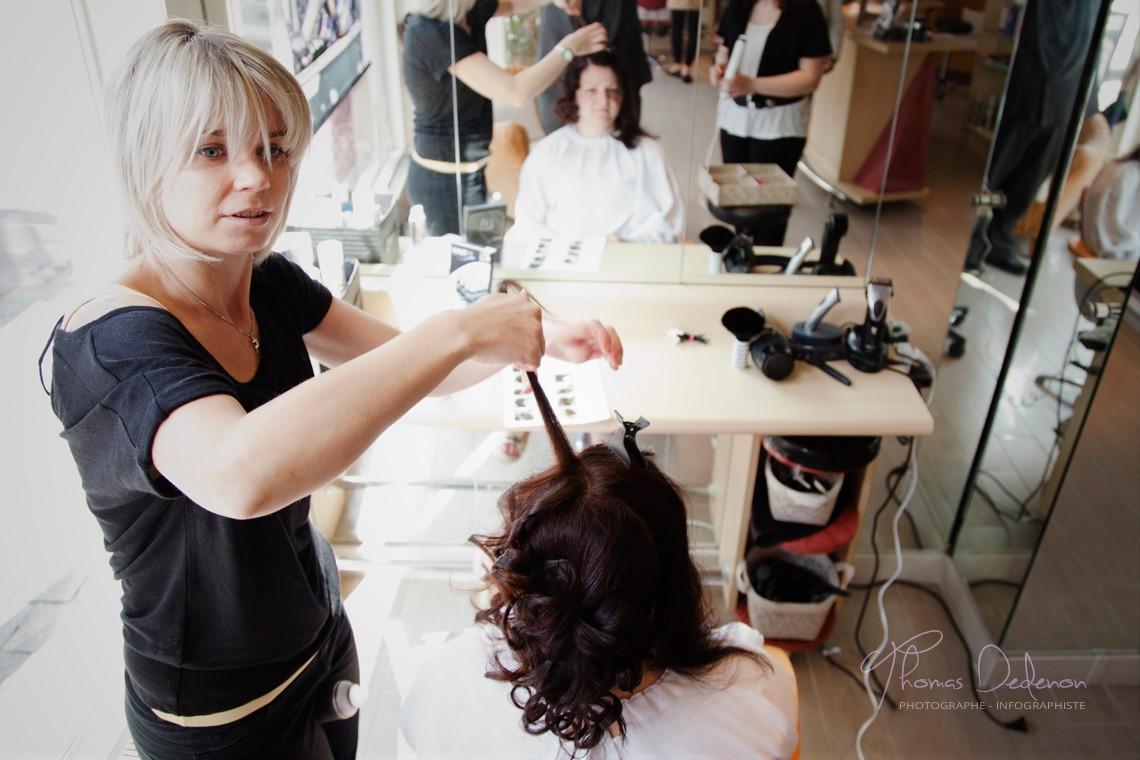 Julie lors des préparatifs de son mariage, au salon de coiffure à Sainte Savine