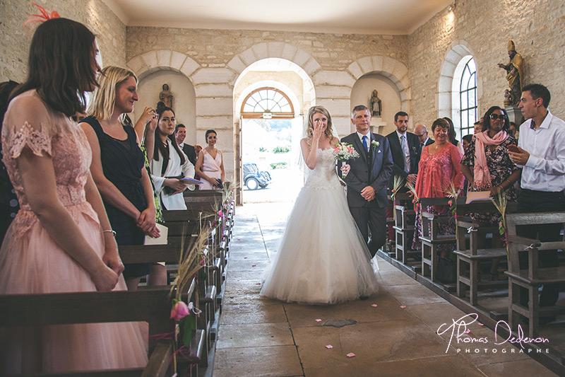 La mariée avant dans l'allée vers l'autel où l'attend son mari