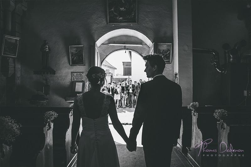 Les mariés s'apprêtent à sortir de l'église