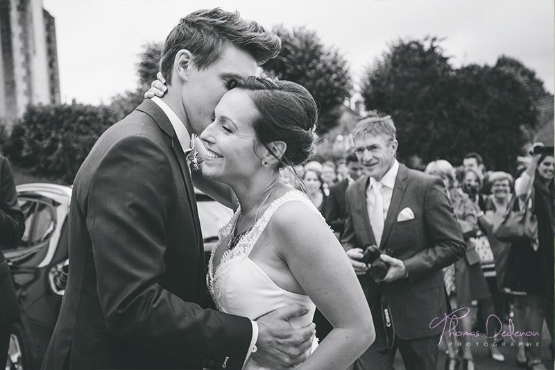 les mariés se découvrent devant la mairie