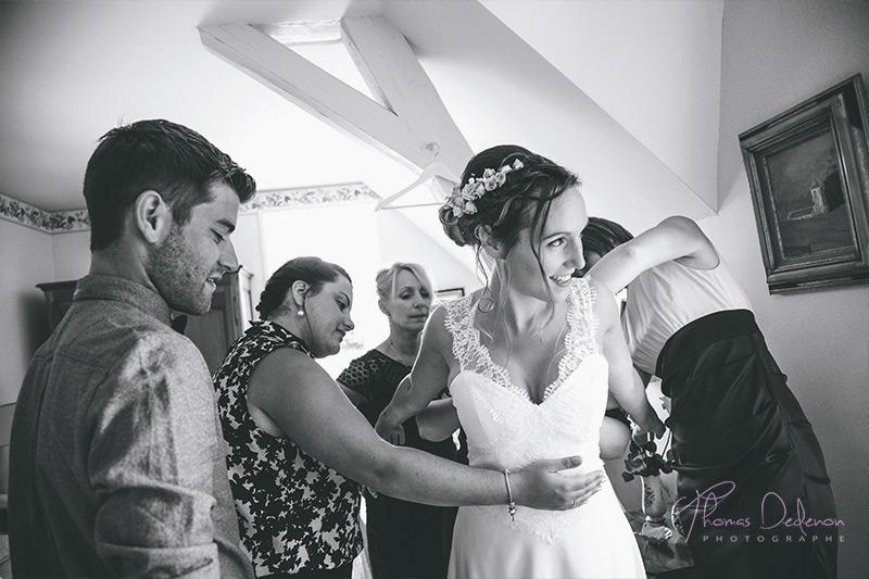 la marie s'habille avec l'aide de ses proches