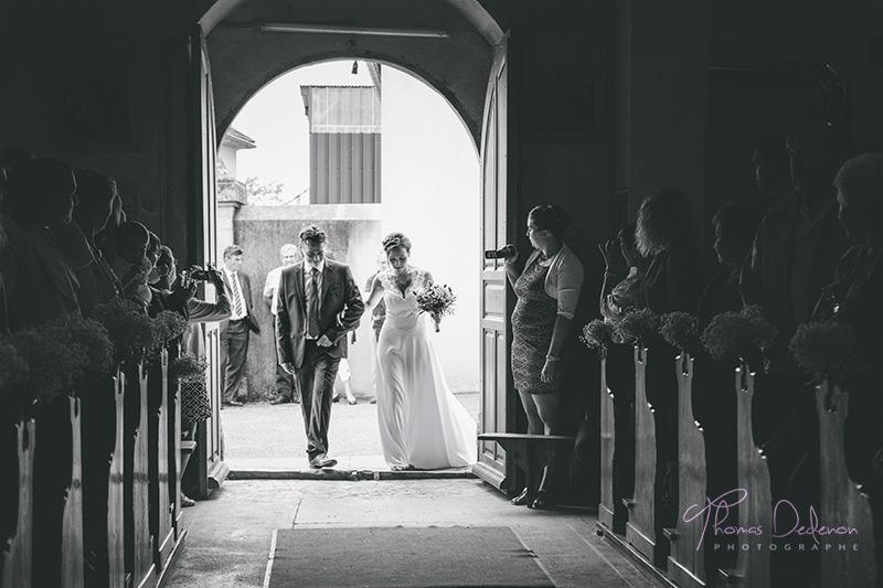 une mariée au bras de son papa à l'église