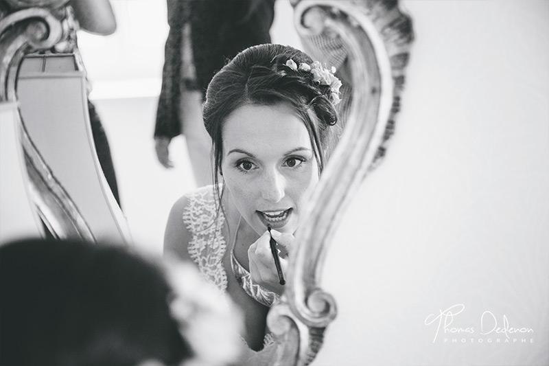 la mariée se maquille avant d'y aller