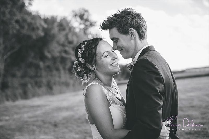 des mariés complices lors de leur photo de couple