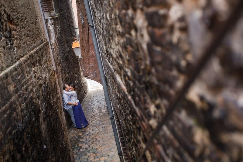 Des amoureux dans les rues de Honfleur