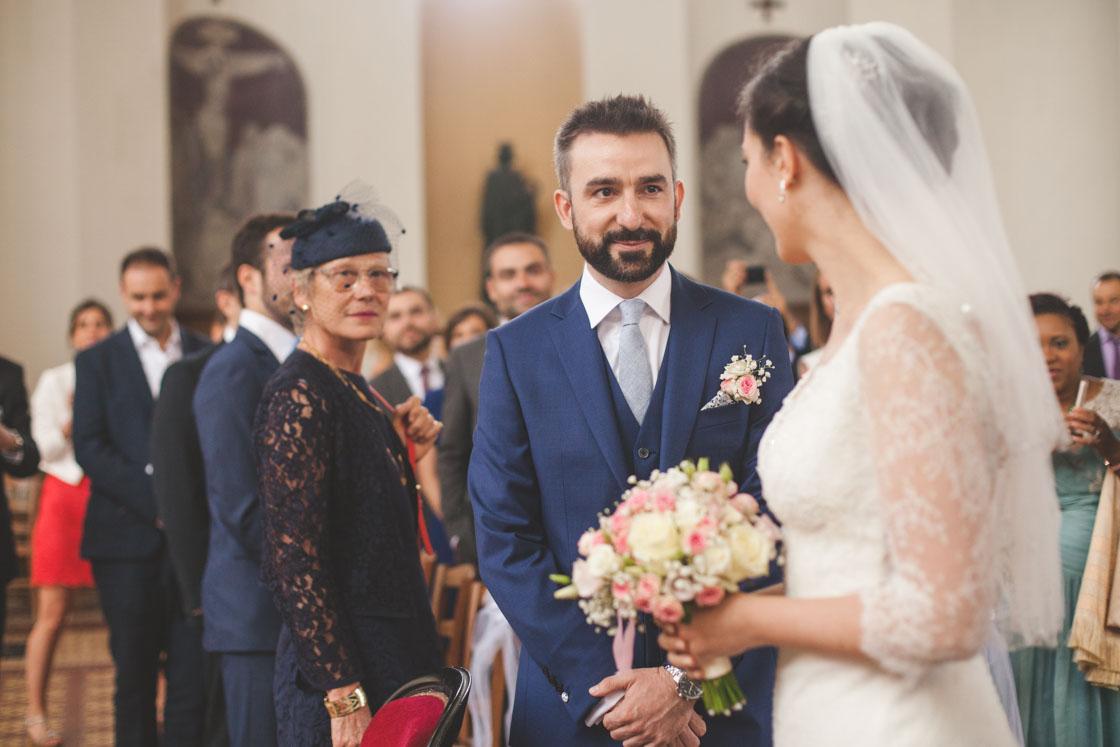 Le marié accueille la mariée