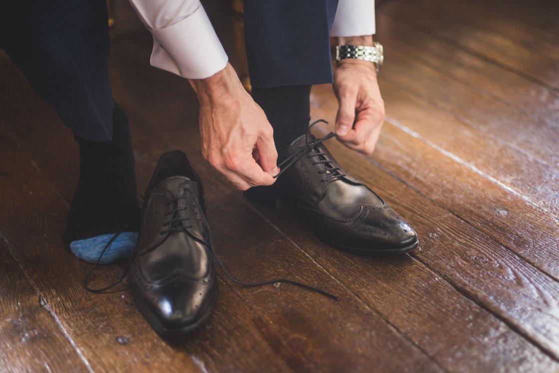 le marié lasse ses chaussures