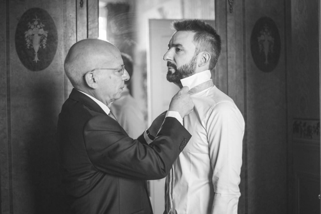 le père du marié ajuste la cravate
