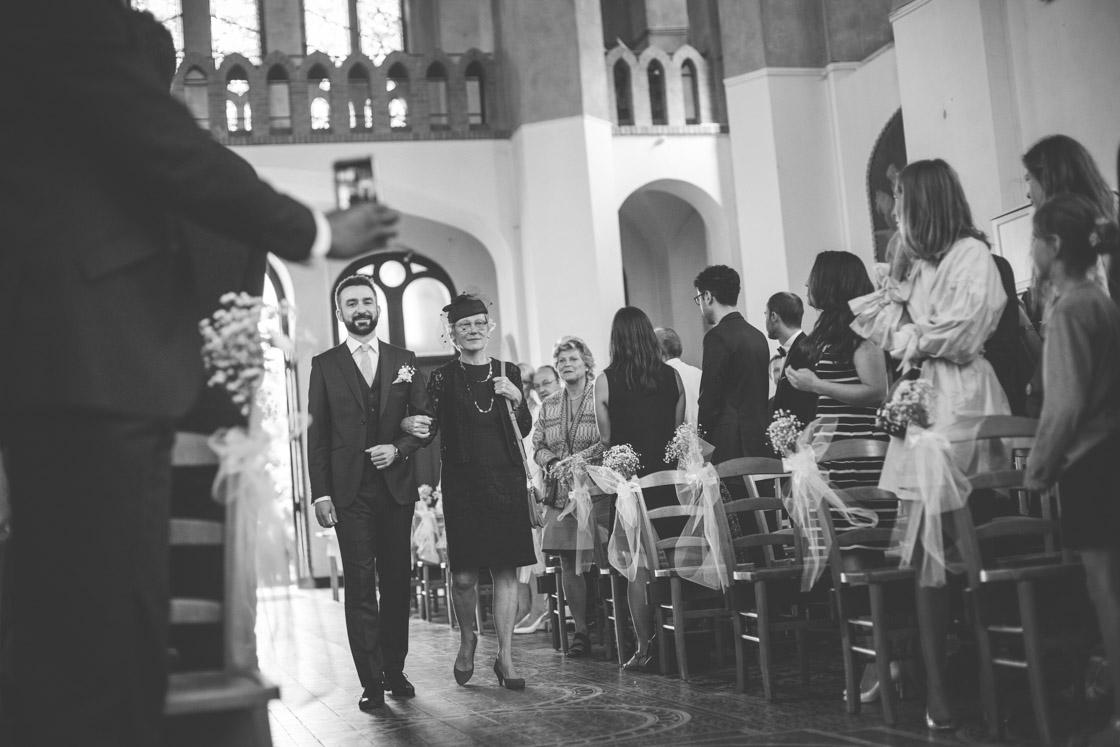 le marié au bras de sa maman
