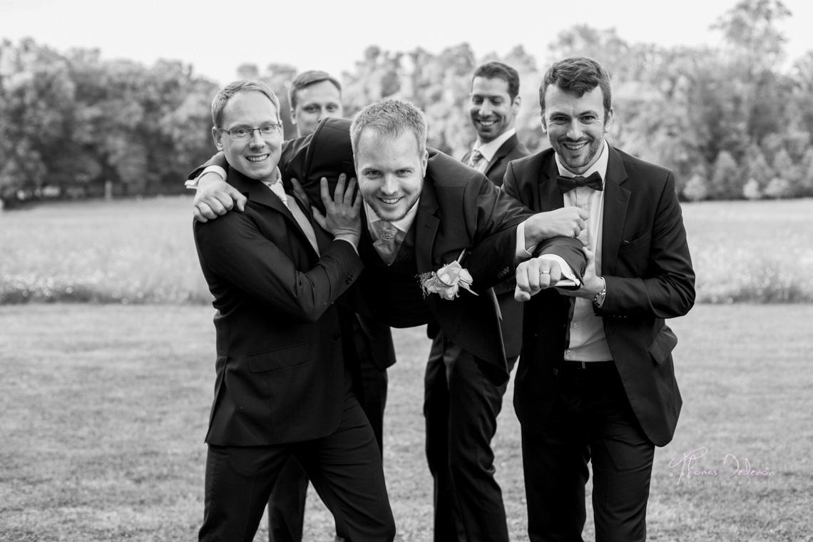 Les témoins portent le marié façon superman