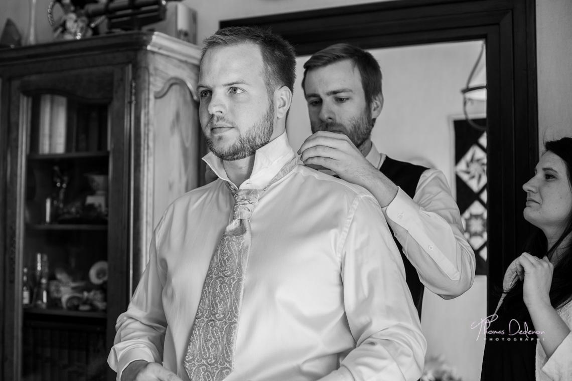 Le marié se prépare avant le passage devant le maire