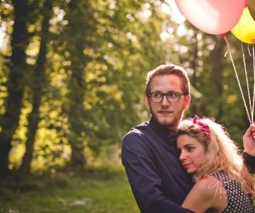 Séance engagement romantique et ballons multicolores