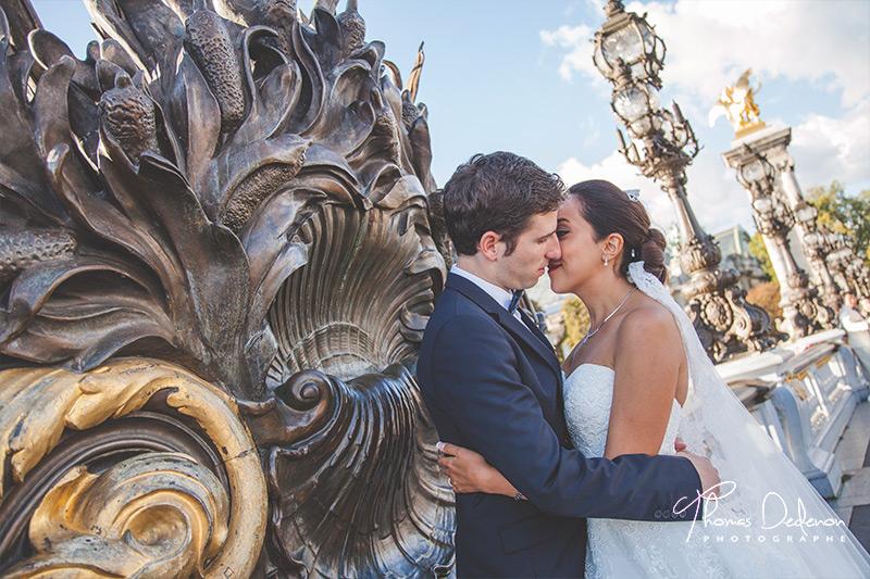 Les mariés sur le pont Alexandre III à Paris