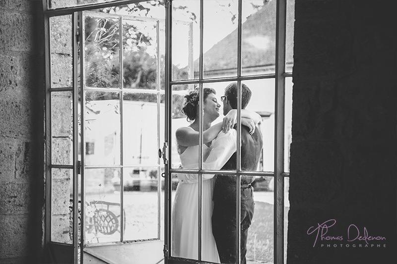 Photo des mariés avant l'entrée dans la salle