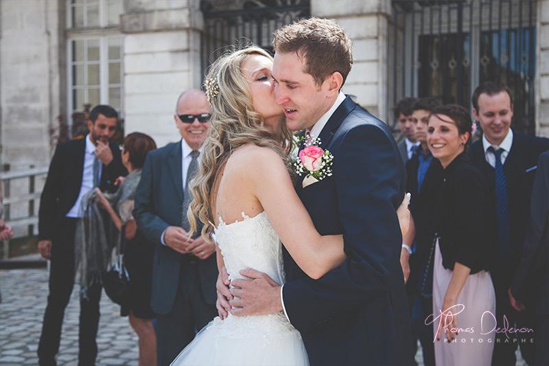mariés se découvrent devant la mairie