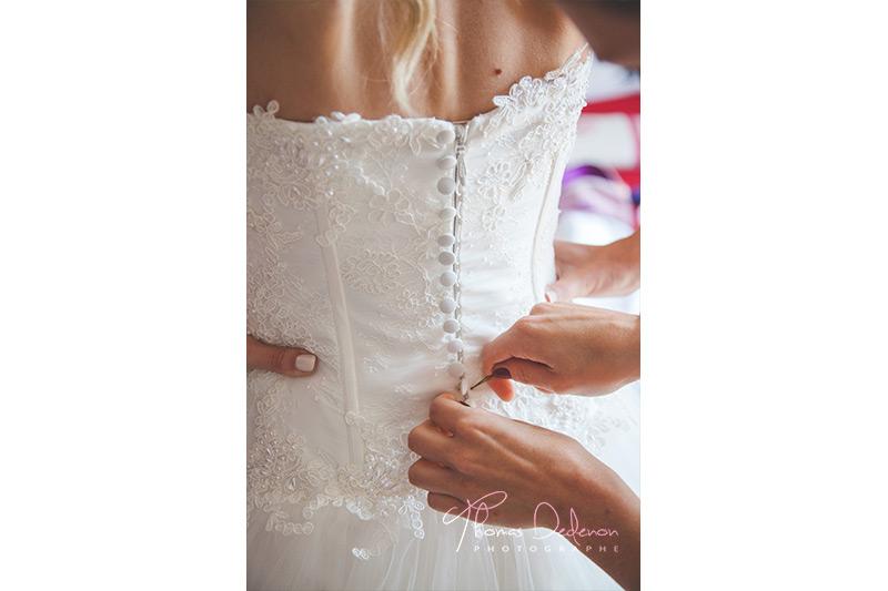 habillage de la mariée aidée par sa maman
