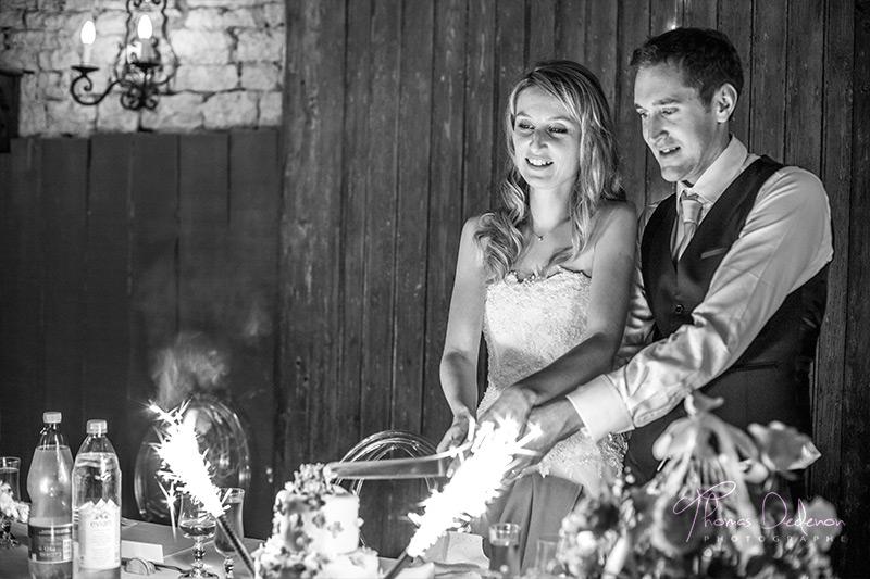 Les mariés découpent le wedding cake