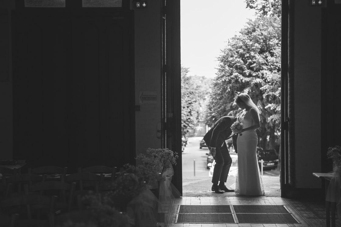 la mariée à l'entrée de l'église