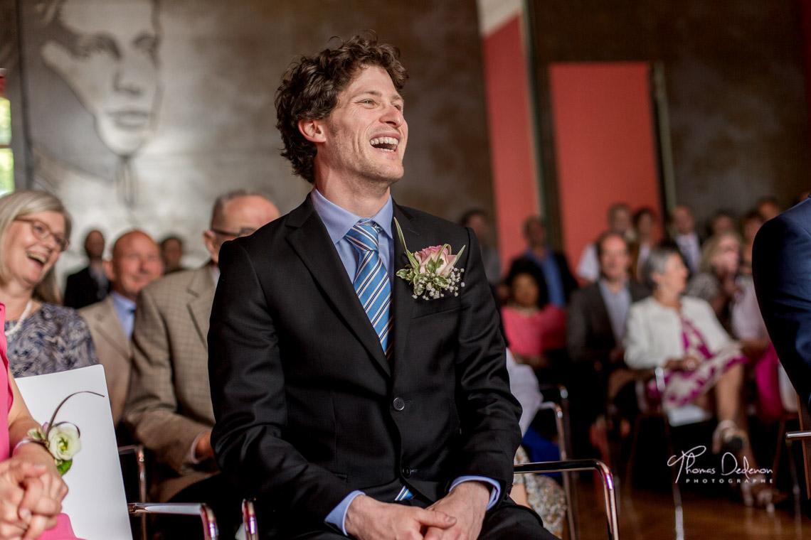 fou rire du témoin du marié à la mairie