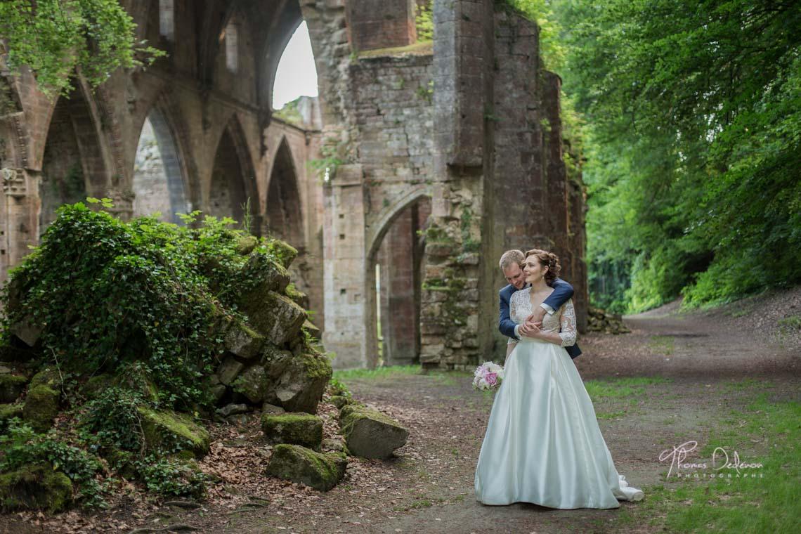 photo de couple dans les ruines de l'abbaye de Trois Fontaines
