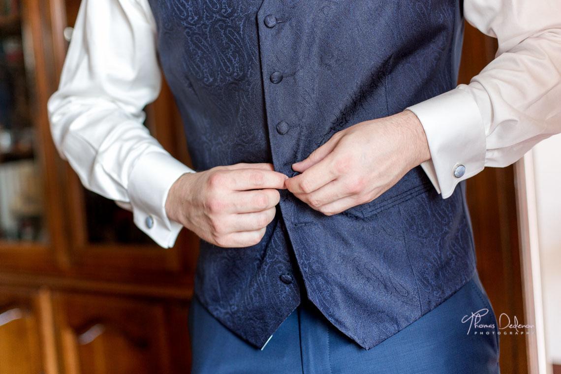 Le marié boutonne son gilet