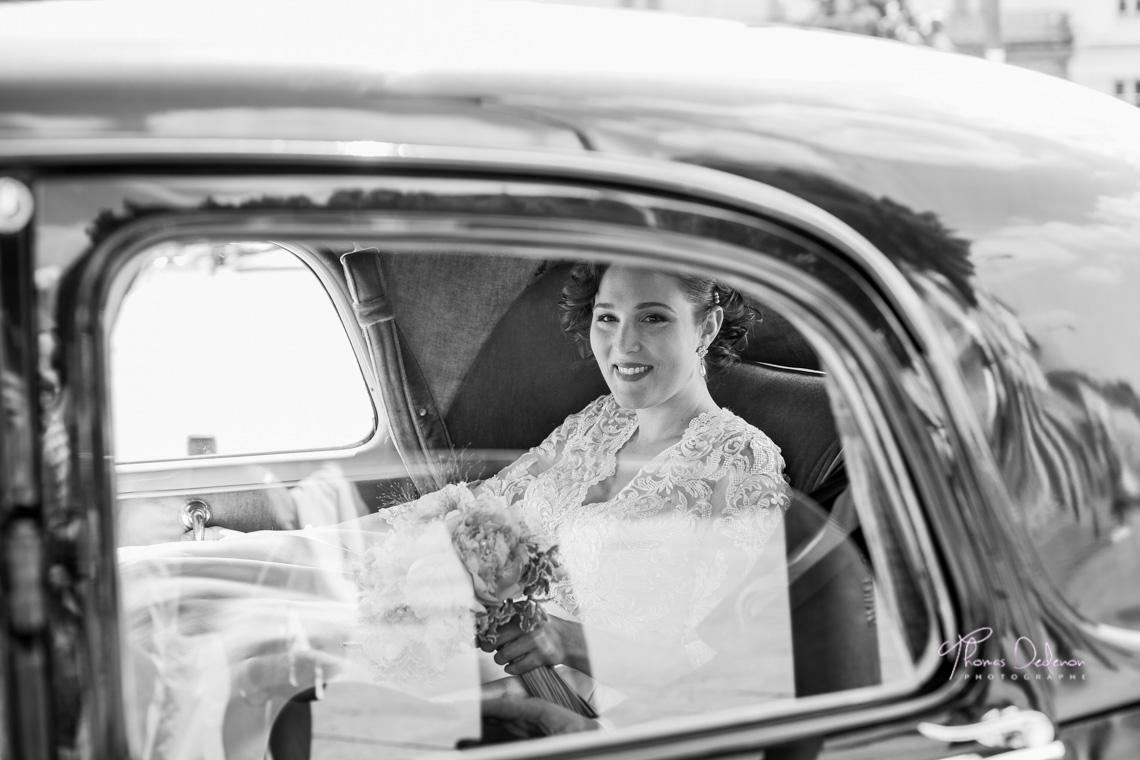 La mariée arrive devant la mairie en traction
