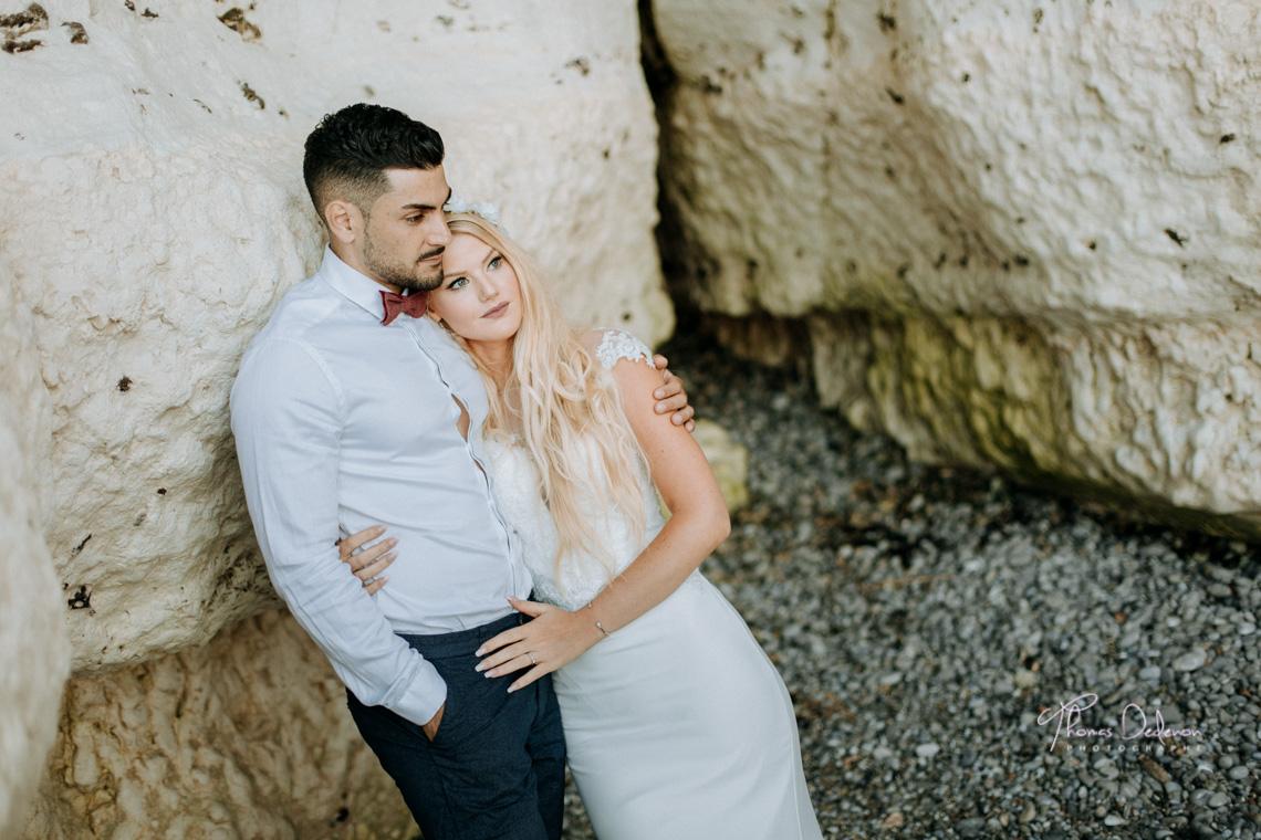 Séance photo de couple au bord des falaises d'Etretat