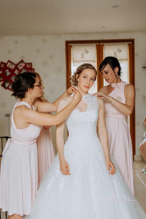 les demoiselles d'honneur mettent la robe