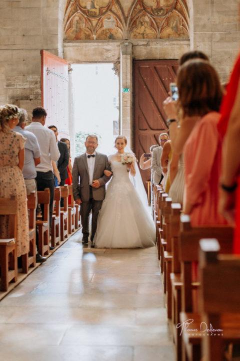 la mariée remonte l'allée de l'église st urbain à troyes