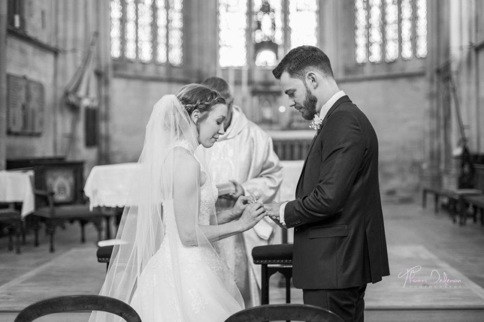 les mariés échanges les alliances lors de la cérémonie religieuse à troyes