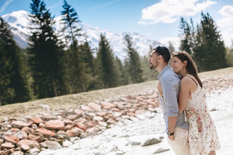 Portait de couple à Chamonix au pied du mont blanc