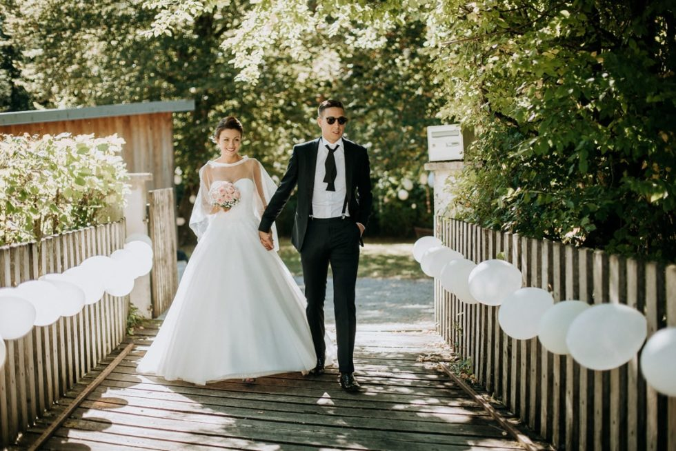 un couple de marié va à la mairie