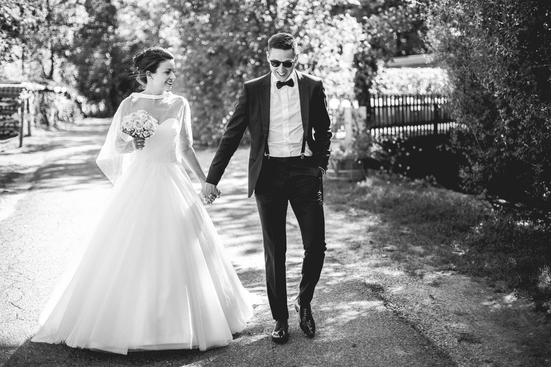 Couple de mariés complices