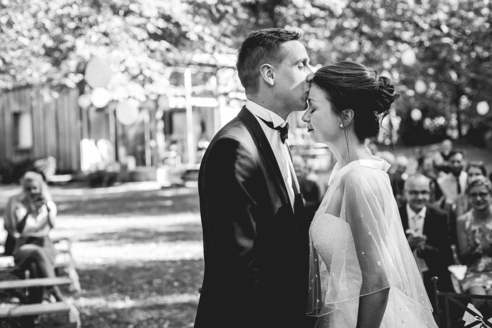 les mariés s'embrassent